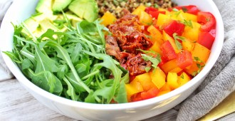 drie kleuren quinoa bowl 1