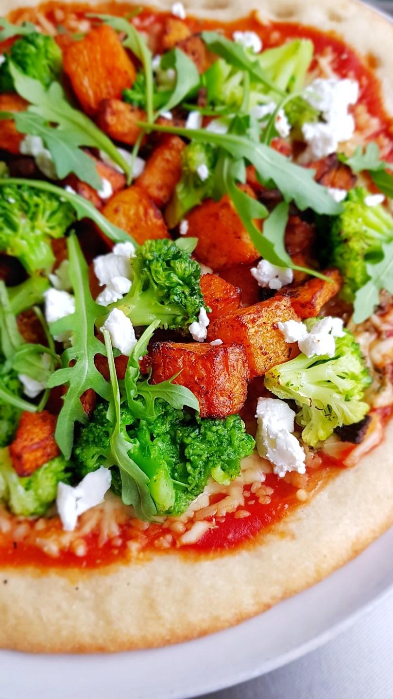 bloemkoolpizza met oranje pompoen en broccoli 1