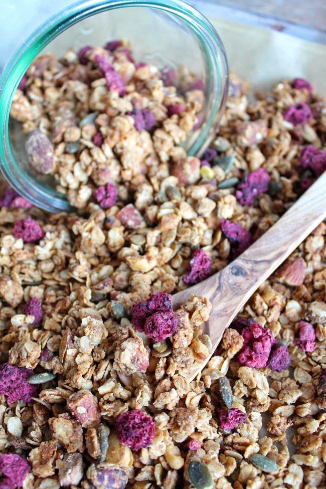 geroosterde noten granola met gevriesdroogde frambozen koro