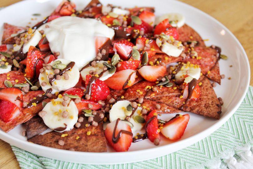 zoete nacho's aardbeien, banaan en chocoladesaus