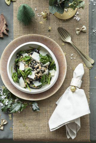 Zwarte pasta met witte truffelsaus en spinazie - staand