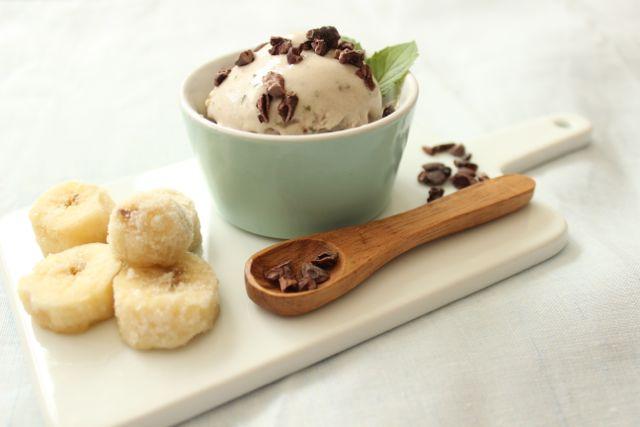 Super cremiges Coconut-Banananana-Eis mit Minze - www.healthyhappysteffi.com