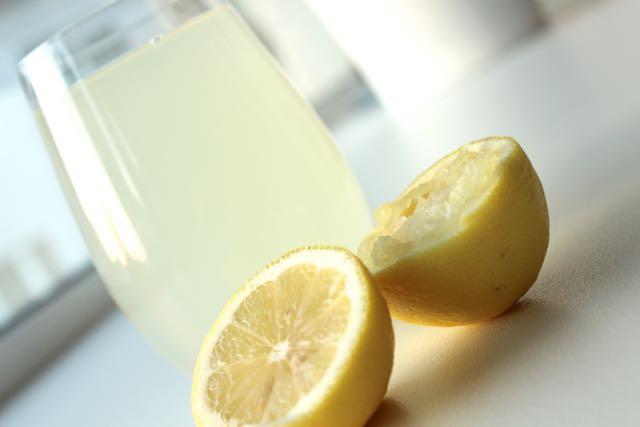 Hot lemonwater for a detox kickstart - www.healthyhappysteffi.com