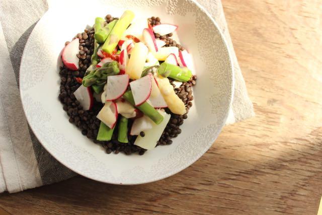 Lauwarmer Belugalinsen-Spargel-Salat - www.healthyhappysteffi.com