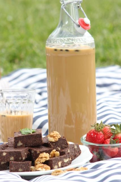 vegan & nachhaltig picknicken - Kaffee Freddo und Espresso-Walnuss-Brownies - www.healthyhappysteffi.com