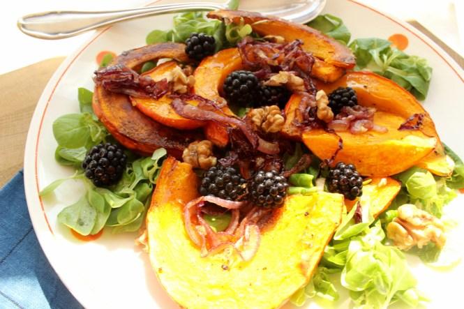 Spätsommerlicher Salat mit Kürbis, Brombeeren und karamellisierten Zwiebeln