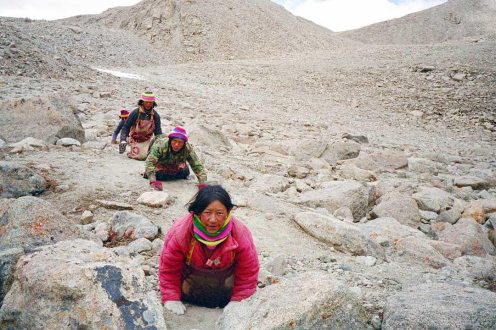 Mt Kailash: Hikers crwaling