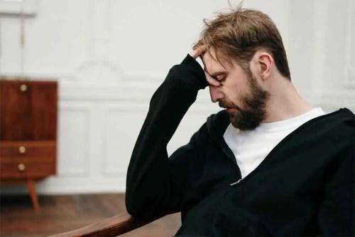 パサパサ髪に悩む男性