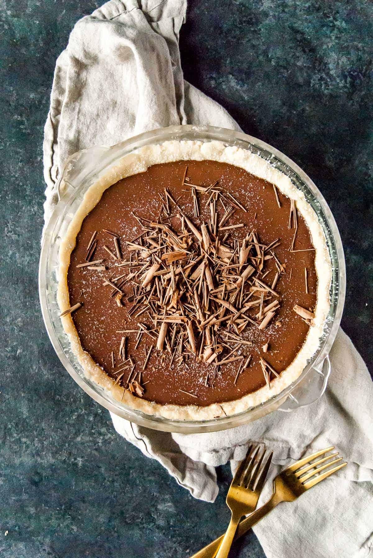 vegan chocolate cream pie with chocolate shavings