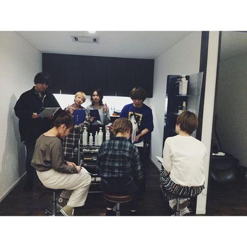 4月からの新入社員達が営業後にシャンプー講習をうけています!教えてくれているのは新2年目のアシスタント達です!全スタッフは色んなめんでの知識量が豊富です。1年目にもしっかりそれを教えています🏼.#hearty#abond#高崎#群馬#高崎美容室#群馬美容室#美容師#育成#教育