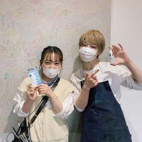 ***こんばんは🌝HEARTYではコロナ対策の為、マスク営業と1時間に1回お店の換気をしています花粉症の方もいるので、メイクの上から使える化粧水ミストをサービスでつけさせていただきます目に見えない潤いバリアで花粉や大気汚染から守ってくれます🌎写真のスタッフは1年目の戸矢さんと石田さんです#キャブロック#コロナ対策#高崎美容室#花粉症対策