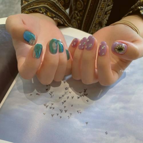 お好みカラーとお好みアートのアシンメトリー⋆⋆#riconail #HEARTY #abond #nail #nails #gelnail #gelnails #nailart #nuancenail #footnail #高崎美容室 #ネイル #ジェルネイル #ネイルケア #ニュアンスネイル #ミラーネイル #アシンメトリーネイル @riconail123