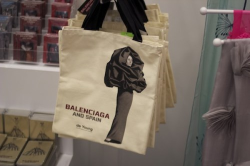 """The tote bag on sale at the exhibit """"Balenciaga and Spain"""""""