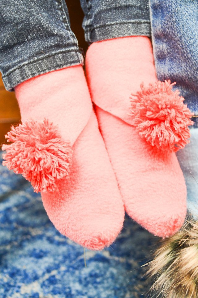 diy slippers pompoms