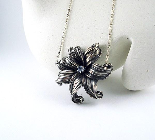 mitsuro flower necklace