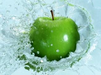 beautiful_green_apple_in_water_desktop_wallpaper