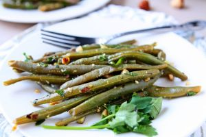 Steamed Green Beans with Hazelnut Gremolata | Fresh green beans steamed and dressed with a delicious blend of olive oil, lemon zest, parsley, garlic and toasted hazelnuts. A flavorful and healthy side dish! | heavenlyhomecooking.com
