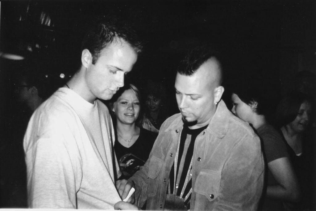 Chad Taylor, leadgitarist van Live, signeert trots mijn shirt in 2003.