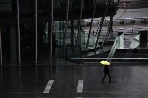 מטריה צהובה בגשם