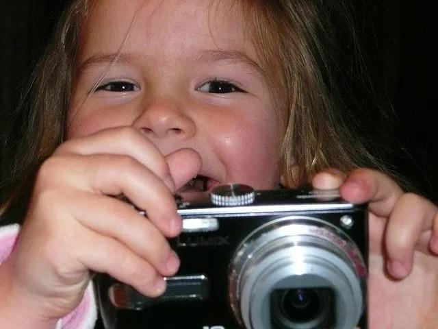 ילדה מצלמת