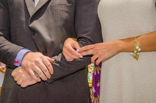 זוג מחזיק ידים ביחד