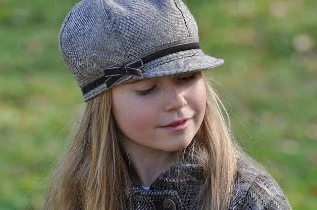 ילדה בלונדינית עם כובע