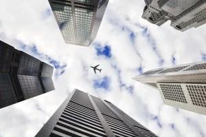 מטוס על רקע בנינים