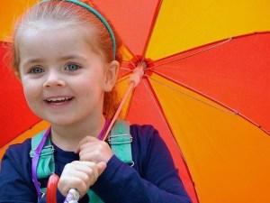 ילדה מחייכת