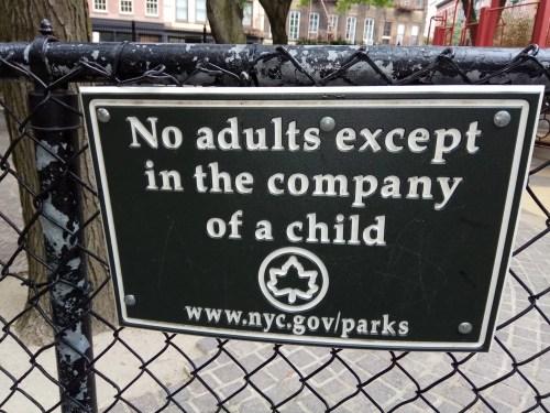 שלט בגן ציבורי בניו יורק