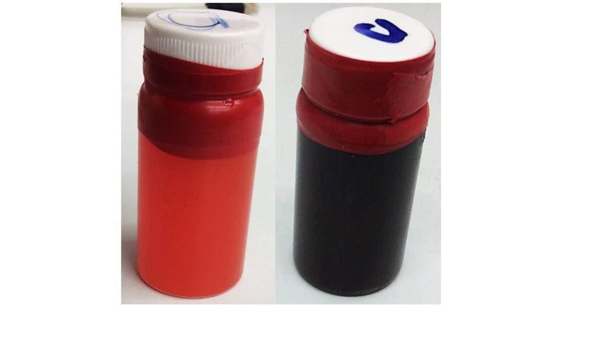 צנצנות עם צבע אורגני פשוט (משמאל) ועם תמיסה מימית של ננו-חומר מרוכב המכיל את הצבע ואת ננו-צינוריות הפחמן