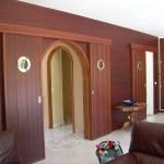 portes coulissantes, habillage mural bois, séjour, sapelli, living, menuisier, agenceur, ébéniste, vannes, morbihan, aménagement intérieur, ambiance bateau