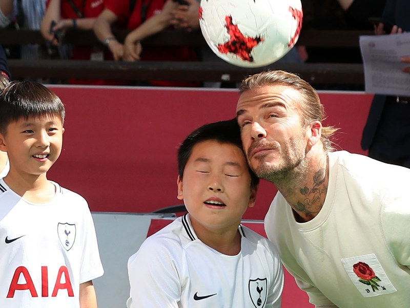 Seoul – Retired British football star David Beckham teaches South Korean children some soccer skills during a publicity tour for insurance group AIA.