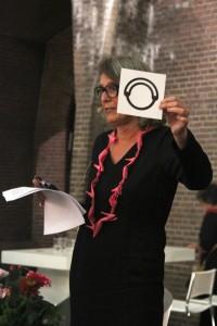 Liesbeth den Besten met collier van Ted Noten, Sieraad Art Fair, Gashouder, Westergasfabriek, Amsterdam, 2015