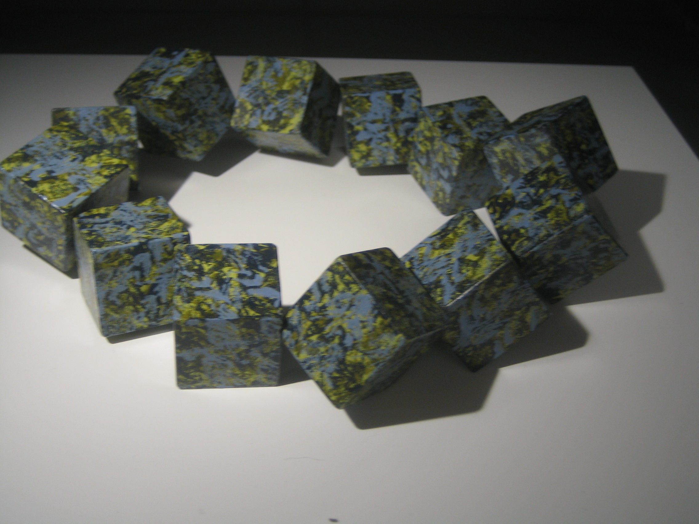 René Smoorenburg, halssieraad, hout en elastiek, 1986. Sieradenpresentatie lockers, Collectie Centraal Museum, 25723, perenhout, elastiek, verf