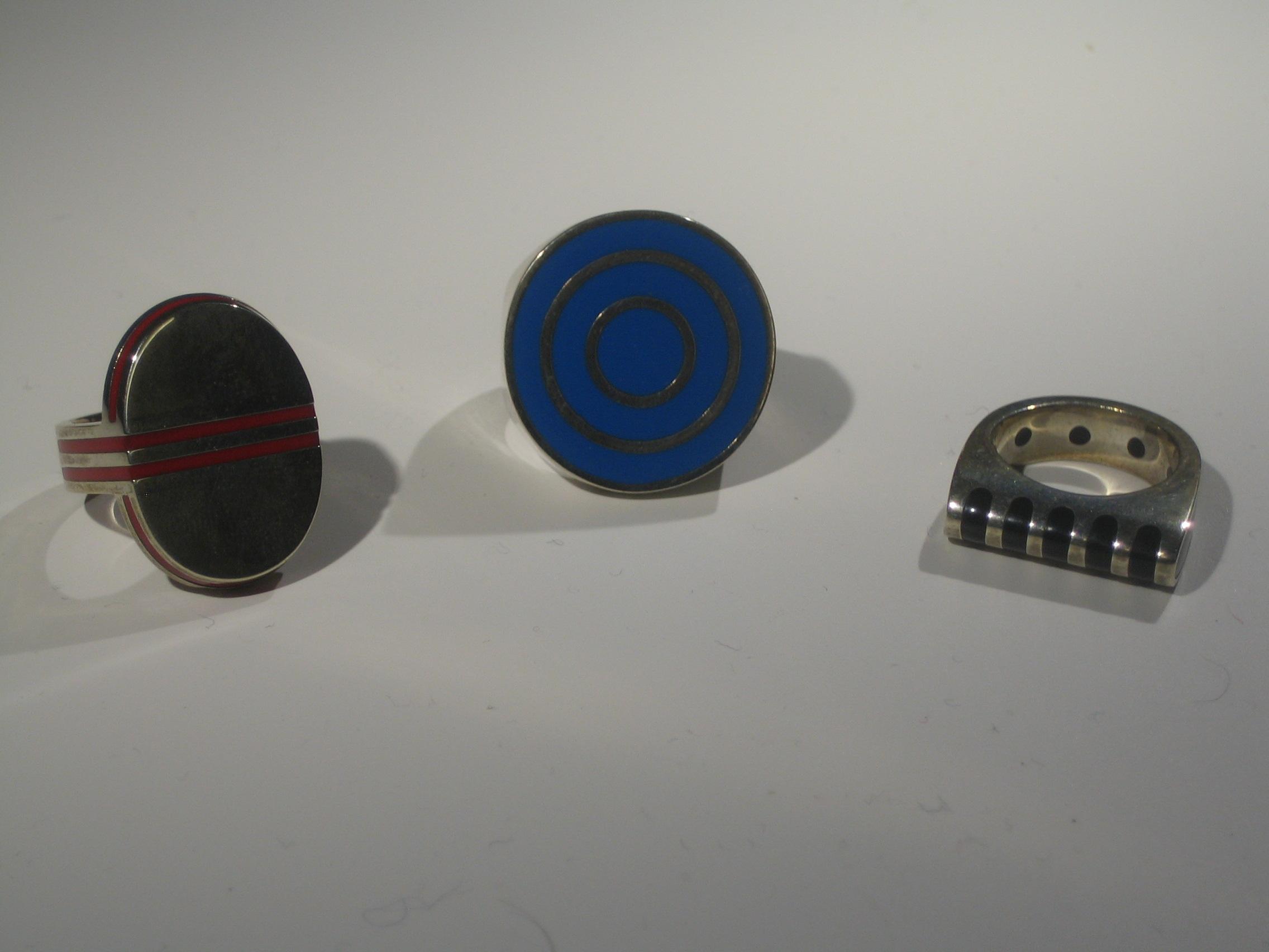 Jan Scherjon, drie ringen, 1960, 1960, 1972. Sieradenpresentatie lockers, Collectie Centraal Museum, 31631, 31632, 20791