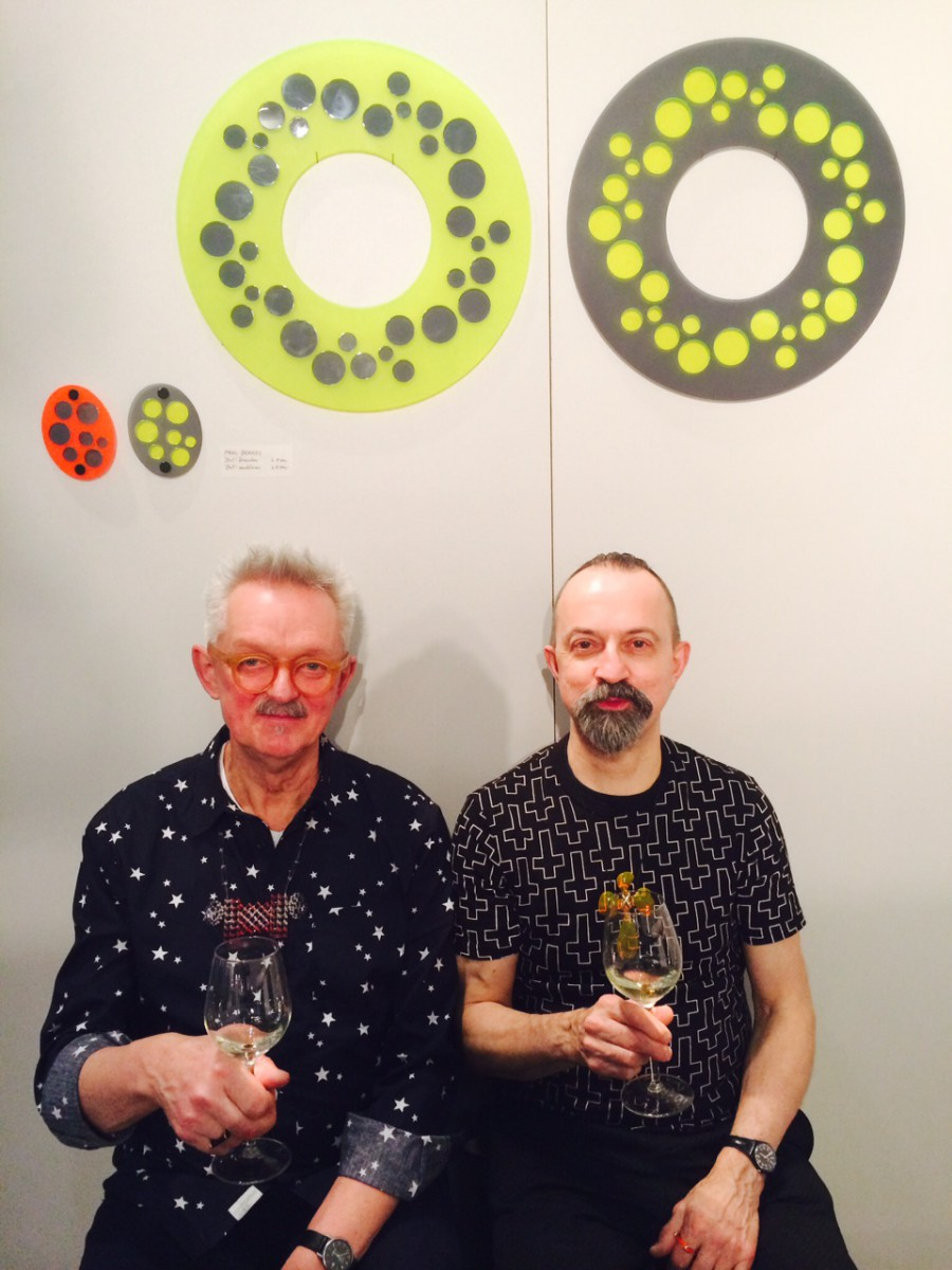 Willem Hoogstede, Paul Derrez (winnaar Herbert Hofmann-Preis) Schmuck, München, 2015. Foto Michael Collins, Chrome Yellow Books, portret, broches, halssieraden, acryl, metaal