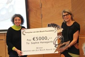 Sophie Hanagarth ontvangt de Françoise van den Bosch Prijs uit handen van Liesbeth den Besten in CODA, 2015