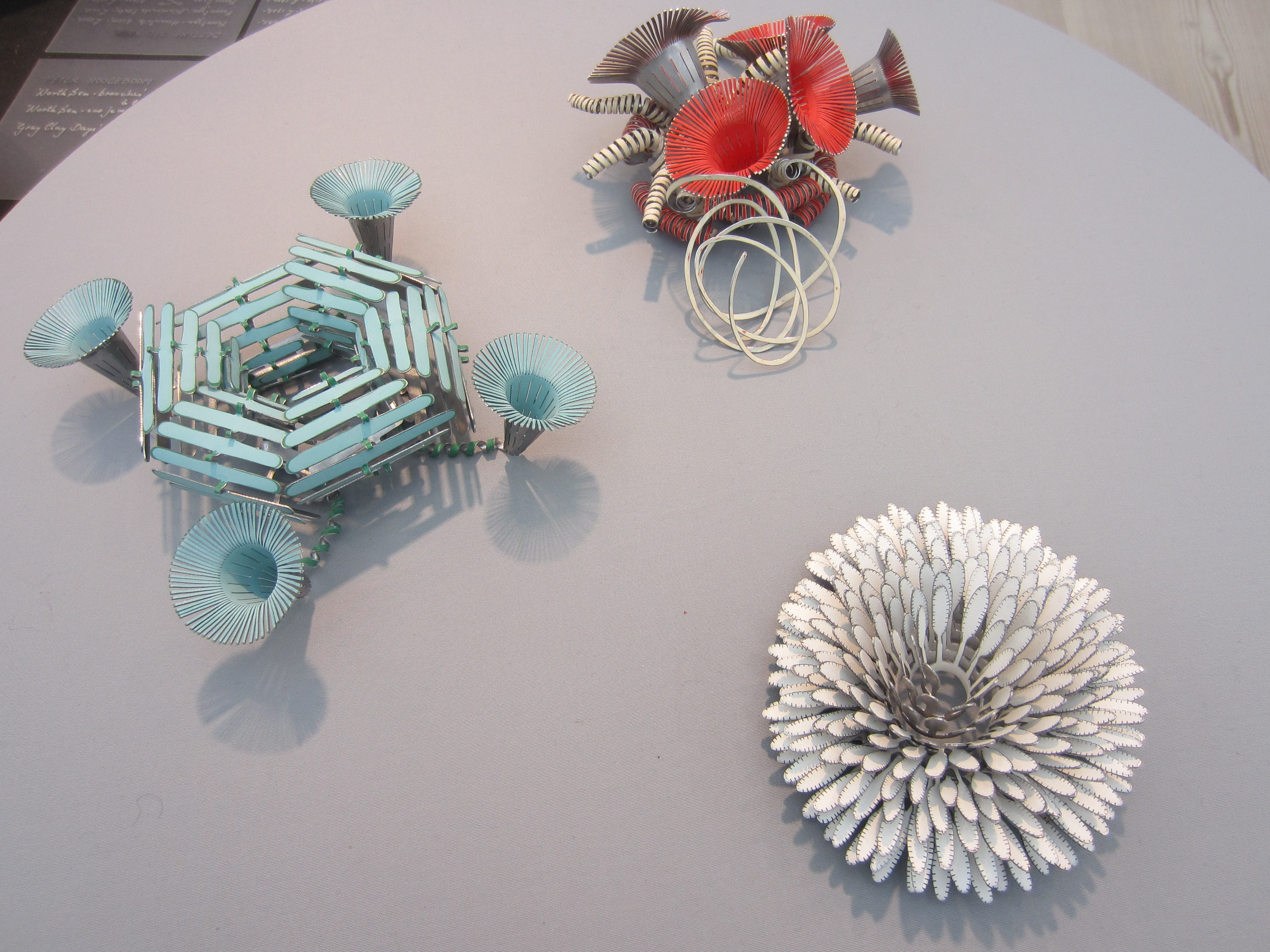 Mirjam Hiller, broches, gepresenteerd door Galerie Ra op de KunstRAI, 2013, metaal, coating