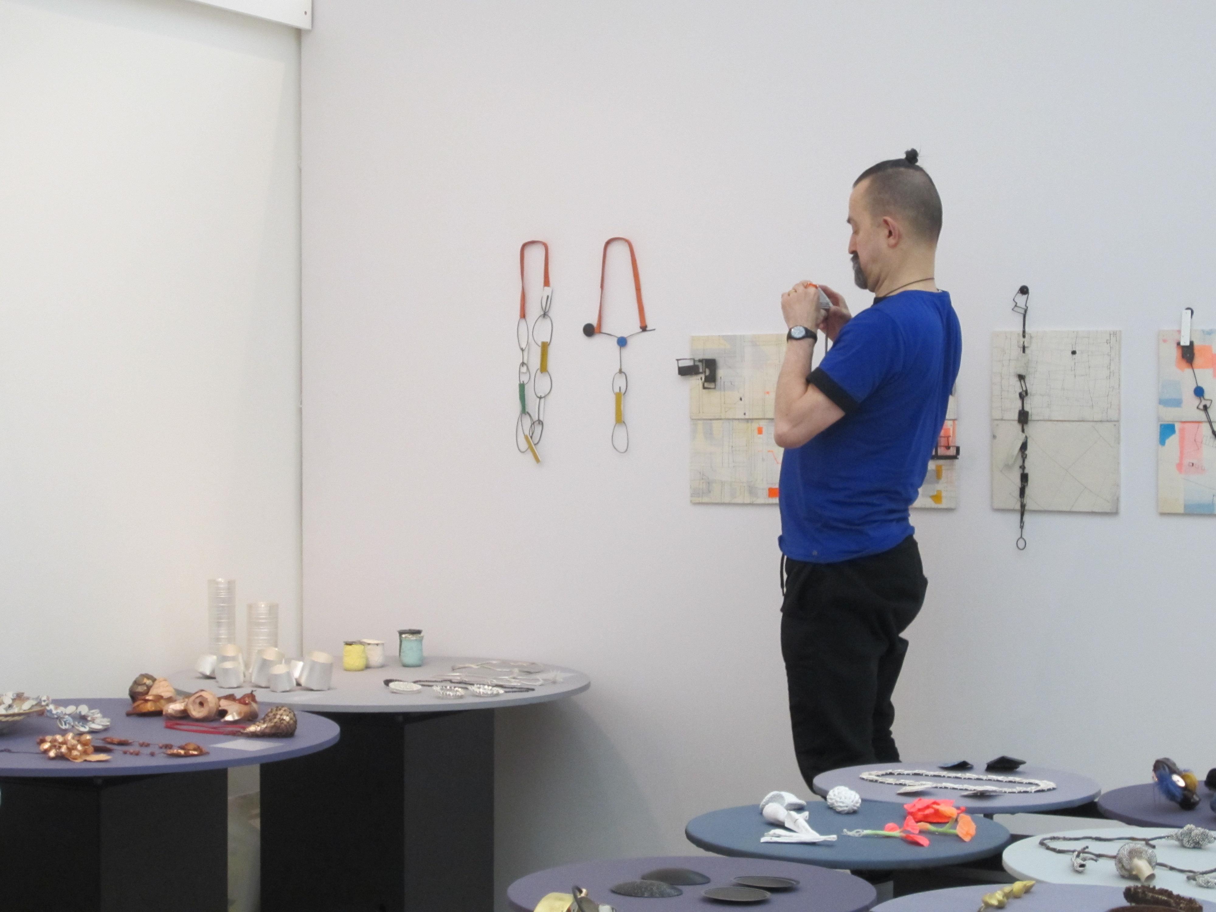 Paul Derrez richt een stand in op Collect, Londen, 2015 voor Galerie Ra, portret, beurs