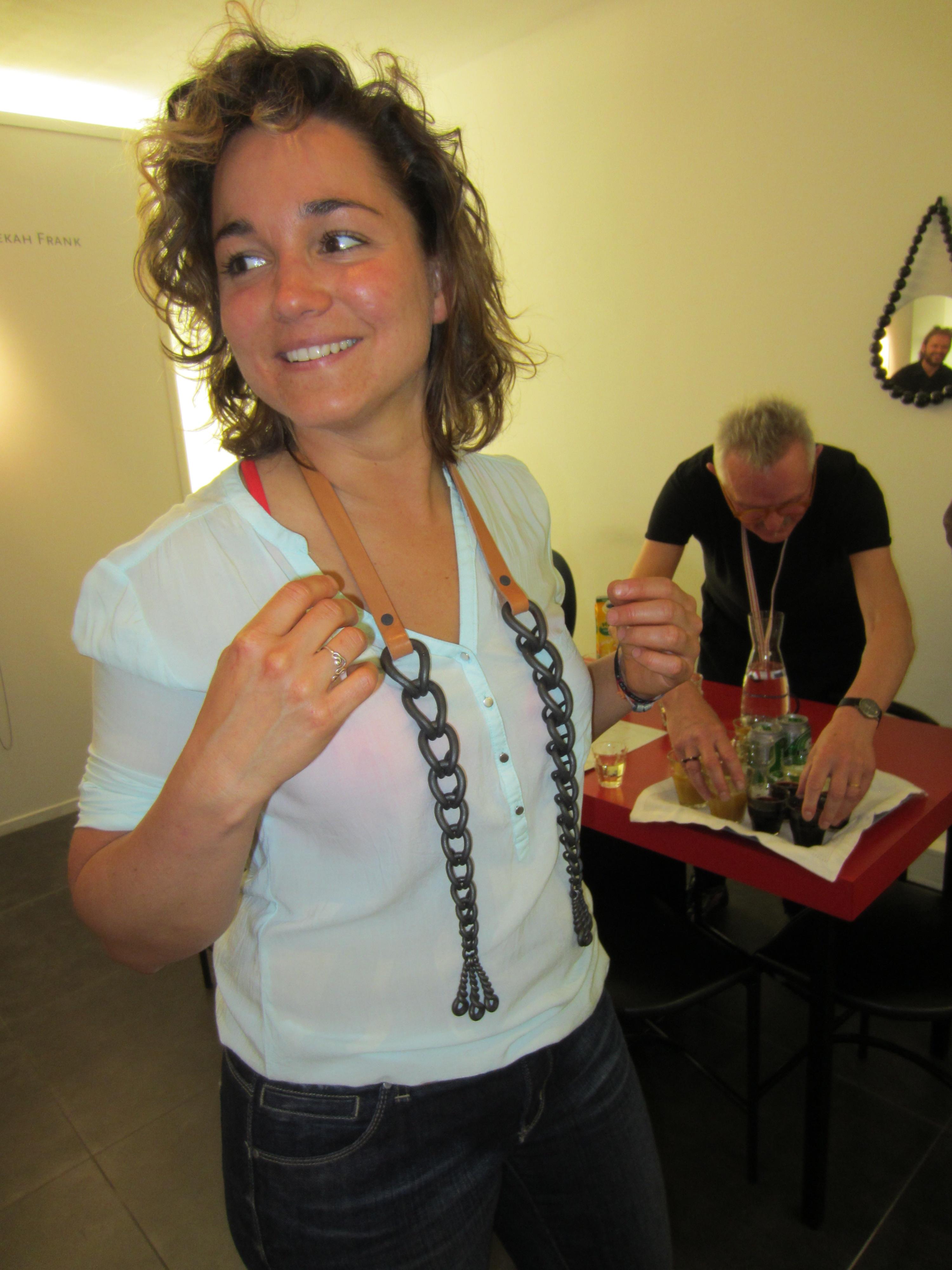 Réka Fekete draagt een halssieraad van Sophie Hanagarth in Galerie Ra, 2014