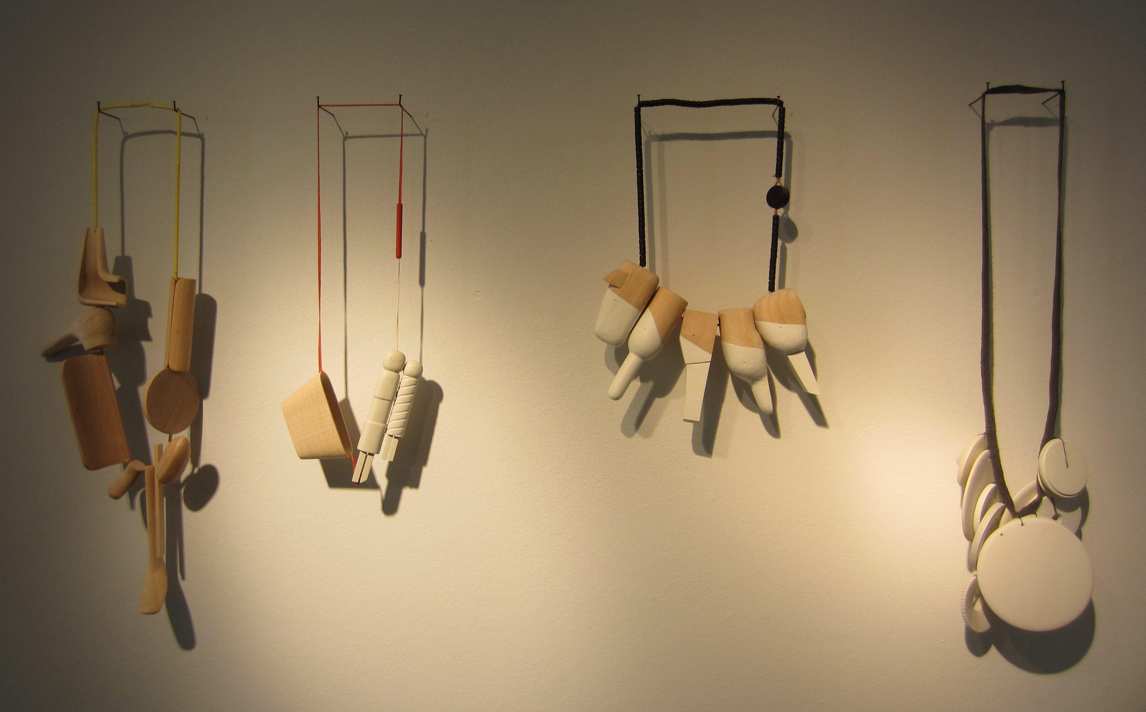 Karin Herwegh, halssieraden op Merging memories, Galerie Ra, 2016, hout, textiel, verf