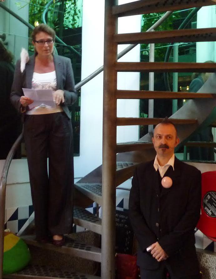 Liesbeth den Besten met broche Noon Passama heropent Galerie Ra, portret, Paul Derrez