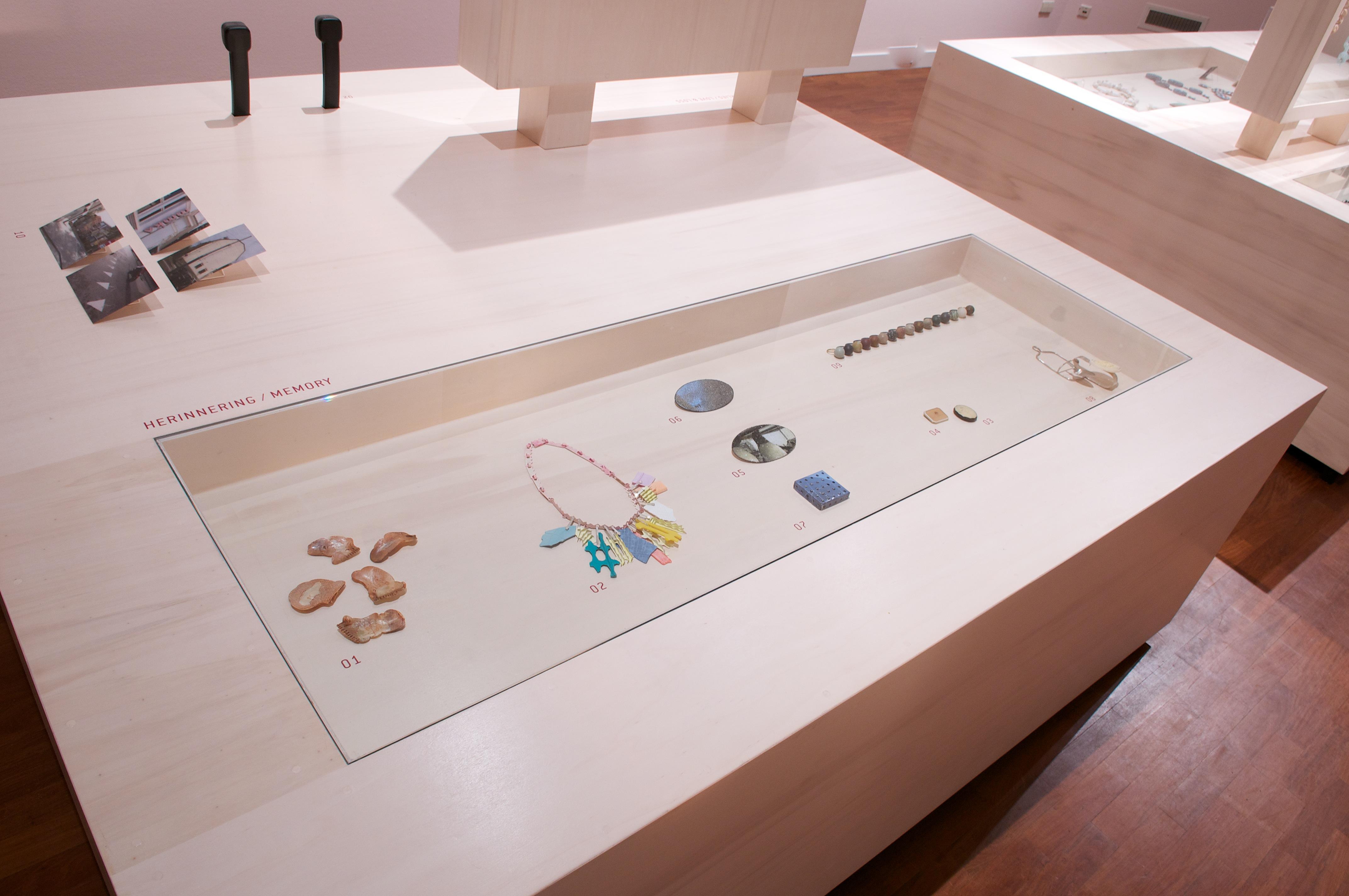 Ontketend, Museum voor Moderne Kunst Arnhem, 2011, tentoonstelling, vitrine