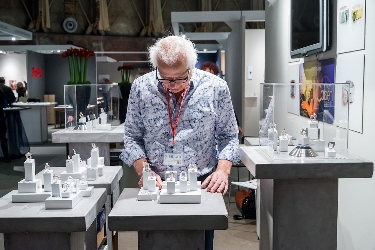 René Vlasblom, Sieraad Art Fair tijdens de opening op 10 november 2016, foto Arjen Veldt, portret, beurs, Gashouder, Westergasfabriek, Amsterdam