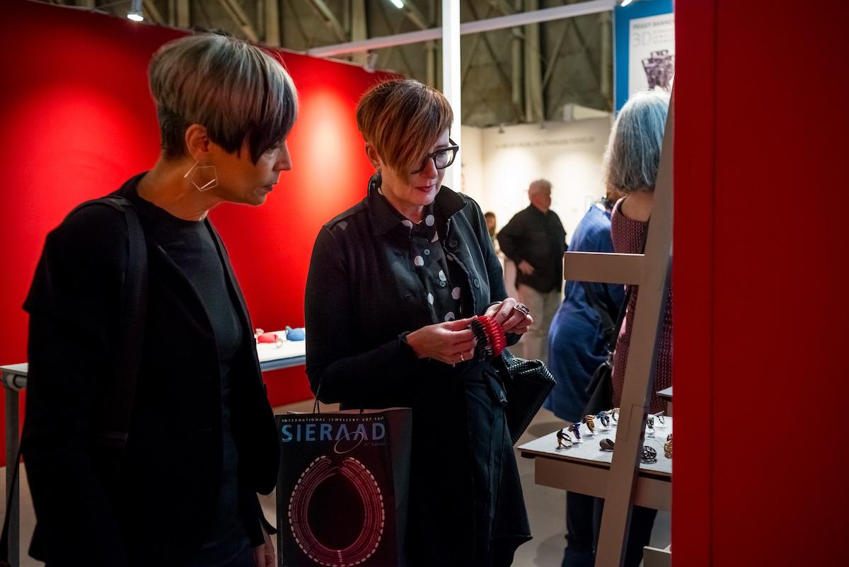 Sieraad Art Fair tijdens de opening op 10 november 2016, beurs, Gashouder, Westergasfabriek, Amsterdam, foto Arjen Veldt