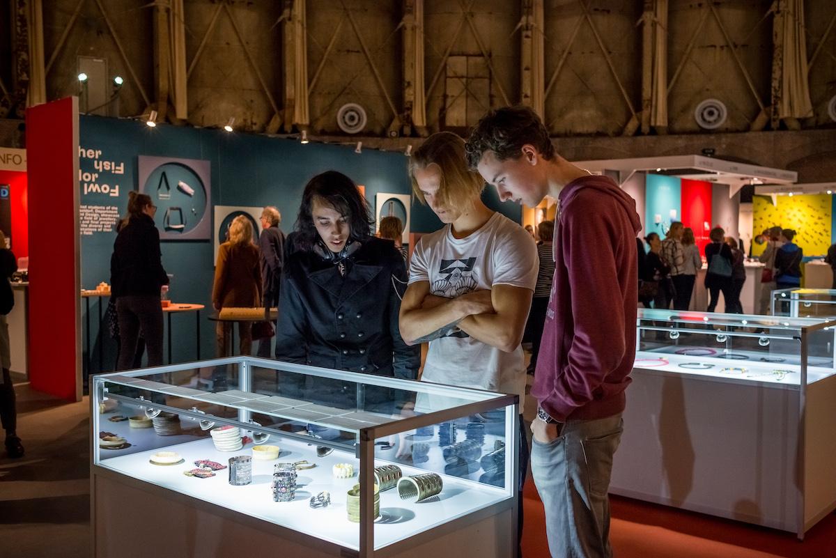 Sieraad Art Fair tijdens de opening op 10 november 2016, beurs, Gashouder, Westergasfabriek, foto Arjen Veldt