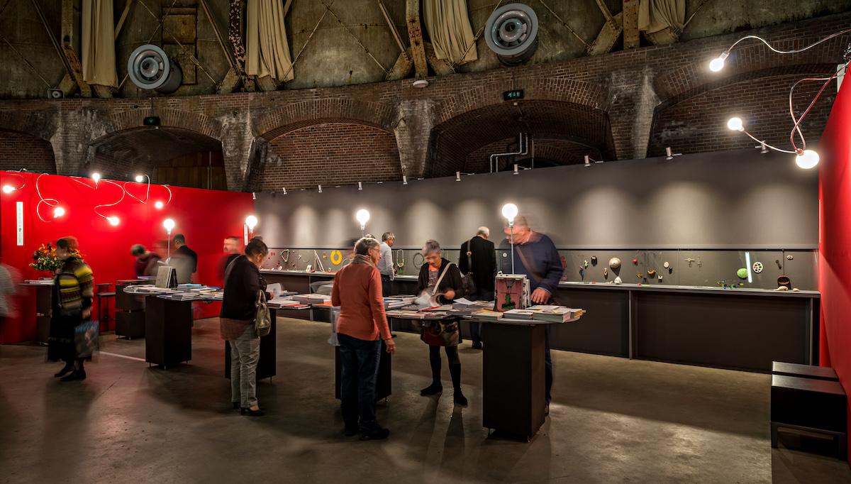 Sieraad Art Fair tijdens de opening op 10 november 2016, foto Arjen Veldt, Gashouder, Westergasfabriek, Amsterdam, Ra books, beurs