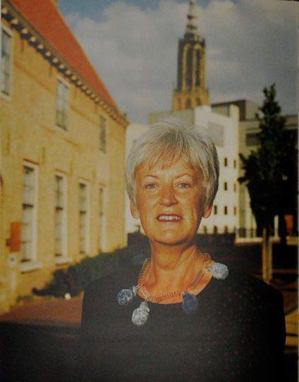 Annie Brouwer-Korf draagt Ruudt Peters. Sieraden, de keuze van Amersfoort, portret