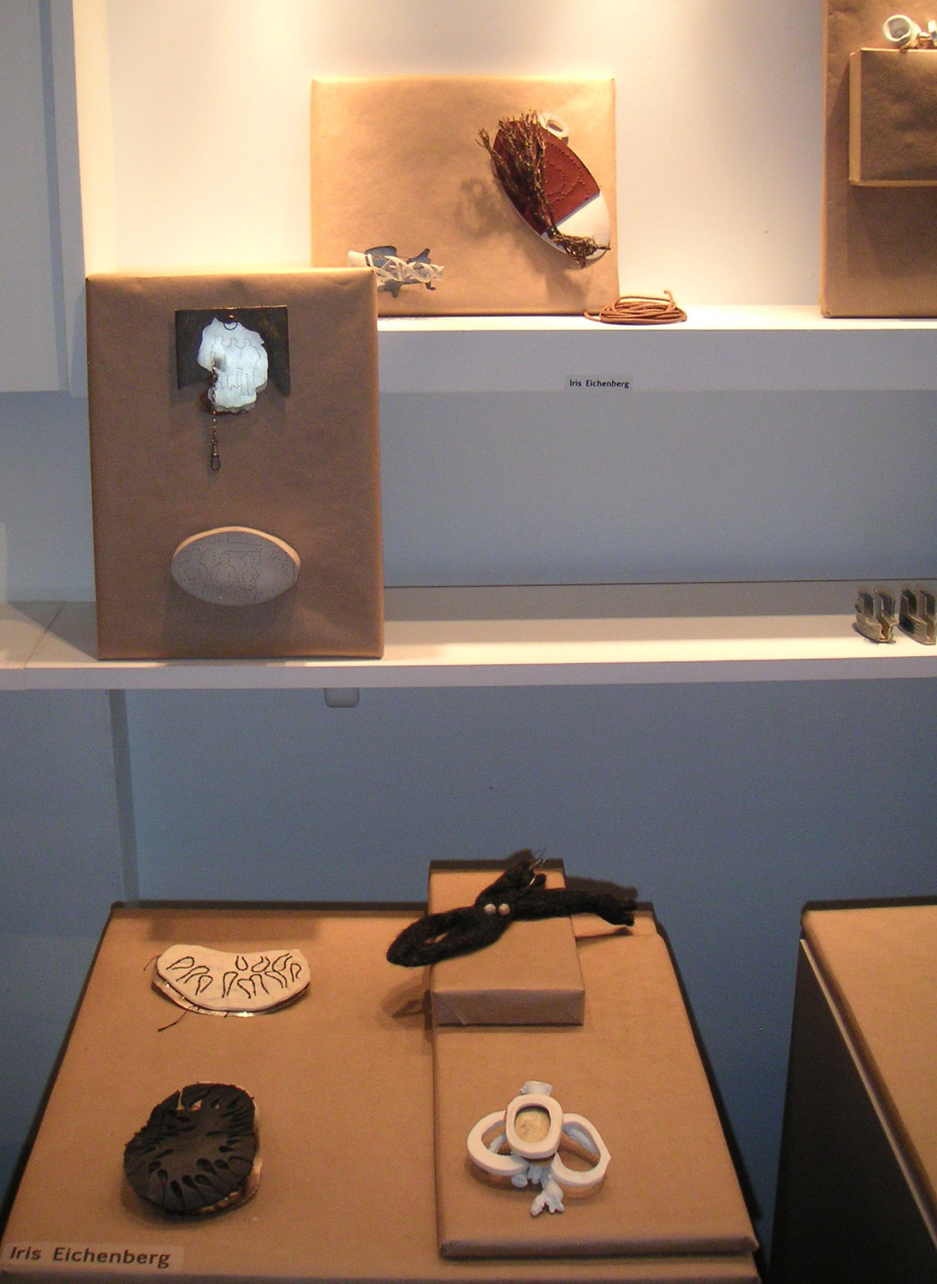 Iris Eichenberg, Golden Clogs, Dutch Mountains. Gallery Loupe, Montclair, foto Andrea Wagner, broches, tentoonstelling