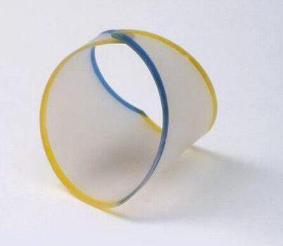 Emmy van Leersum, Gebroken lijnen, armband, 1982-84. Collectie Design Museum Den Bosch, kunststof